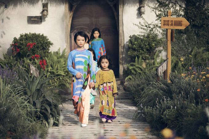 NTK Sỹ Hoàng lại giới thiệu bộ sưu tập áo dài in họa tiết như những bức tranh của các bé trong sự kiện chiều qua.