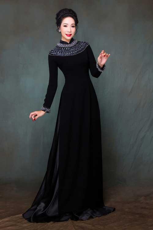 Thay vì các gam màu sáng, bắt mắt, phụ nữ lớn tuổi thường có xu hướng chọn trang phục có sắc trẩm, cổ điển để vừa giấu dáng người đầy đặn vừa tạo phong cách sang trọng. Vì thế, nhiều bà sui đã chọn áo dài màu đen cho ngày cưới của con mình.