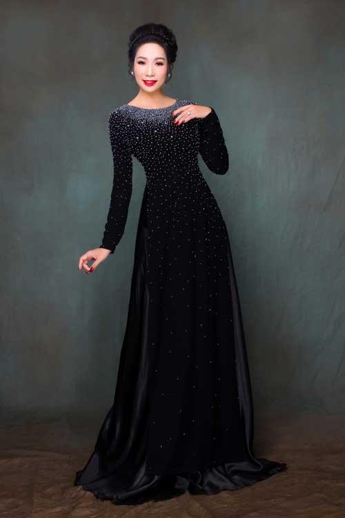 Một gợi ý khác cho áo dài màu đen là thiết kế đính pha lê trên toàn bộ thân áo, nhấn vào phần cổ và ngực.