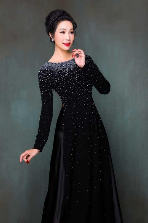 Những chiếc áo dài cho phụ nữ trung niên thường được chiết eo cao để tôn vòng một và không để lộ vòng hai lớn. Dáng áo này cũng đem đến sự thoải mái khi các mẹ mặc trong một thời gian dài.