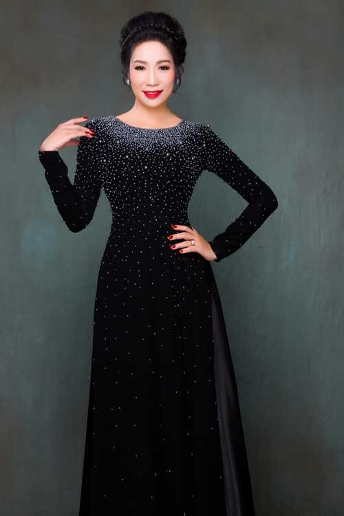 Tương tự như thiết kế trên, mẫu áo này có hiệu ứng bắt sáng tốt, phù hợp cho phụ huynh mặc trong một buổi tiệc cưới buổi tối.