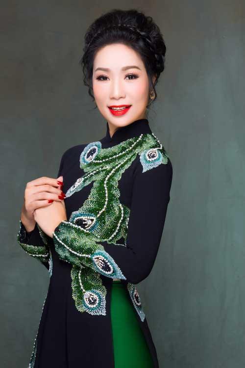 Cách kết hợp quần lụa xanh tiệp màu với hoa văn đem lại sự trẻ trung cho người mặc.