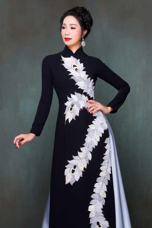 Cũng với cảm hứng trên, bà sui có thể chọn kiểu áo dài kết hợp hai màu đen - trắng tương phản, cổ điển.