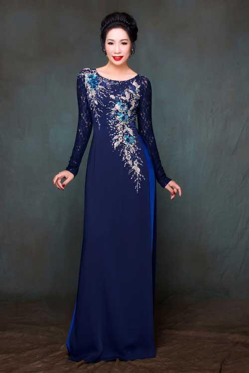 Chiếc áo dài lụa cát phối ren là gợi ý hàng đầu cho những người muốn che phần bắp tay to, vóc dáng đầy đặn nhưng cần di chuyển nhiều trong suốt buổi tiệc cưới.