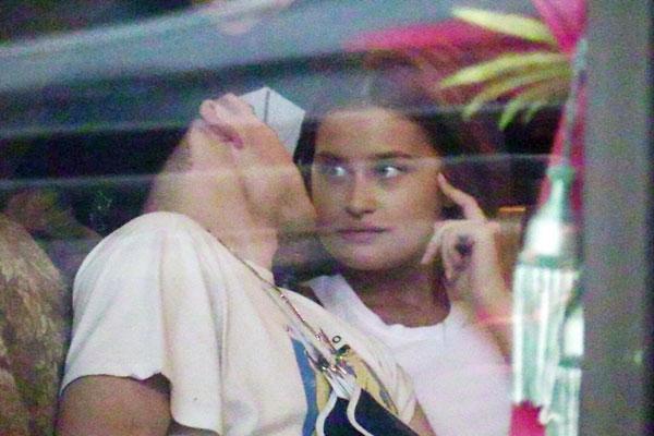 The Sun cũng chia sẻ: Ảnh của đôi uyên ương chứng tỏ chuyện tình của Brooklyn và diễn viên Chloe Moretz đã kết thúc. Tuy nhiên trên trang cá nhân, cả hot boy 19 tuổi và ngôi sao phim Kick Ass vẫn để ảnh của nhau.