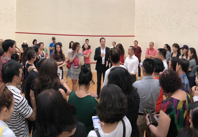 Hàng trăm hội viên phản ứng với ông chủ California Fitness & Yoga hôm 6/4. Ảnh: Thiên Chương