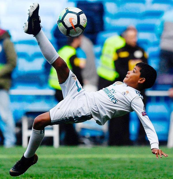 Cristiano Ronaldo Jr tái hiện pha ngả người móc bóng