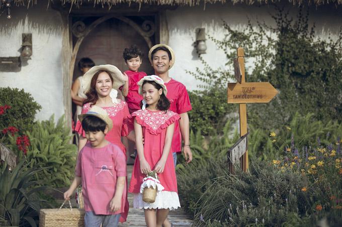 Từng nhiều lần xuất hiện ở vai trò vedette trong các show thời trang nên vợ và ba con của Phan Anh đều rất tự tin và rạng rỡ.