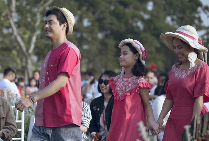 Giữa khung cảnh bình yên là khu vườn cổ tích, cả nhà Phan Anh trình diễn thời trang như đang đi dạo cùng nhau.