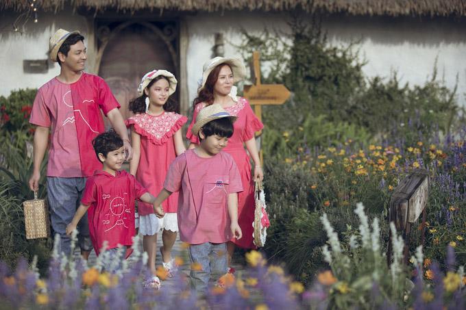 Trong khi Phan Anh và hai con trai mix áo thun với quần ghi thoáng mát thì bà xã và con gái Bo lại diện váy có đường bèo nhún điệu đà.