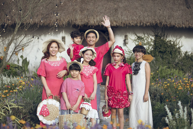 Gia đình Phan Anh cùng mẫu laiAlexandra Matheson và chủ nhân của bộ sưu tập.