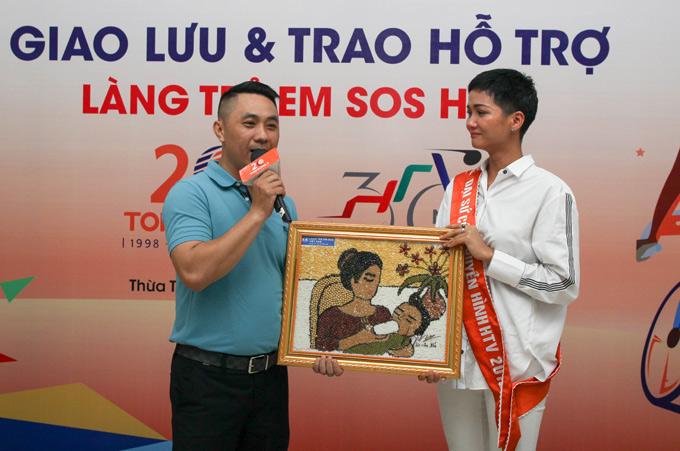 Bức tranh làm từ hạt đậu có tên Dòng sữa yêu thương và mô hình làng S.O.S từ que kemdo các bé tự làm bán được 36 triệu đồng.