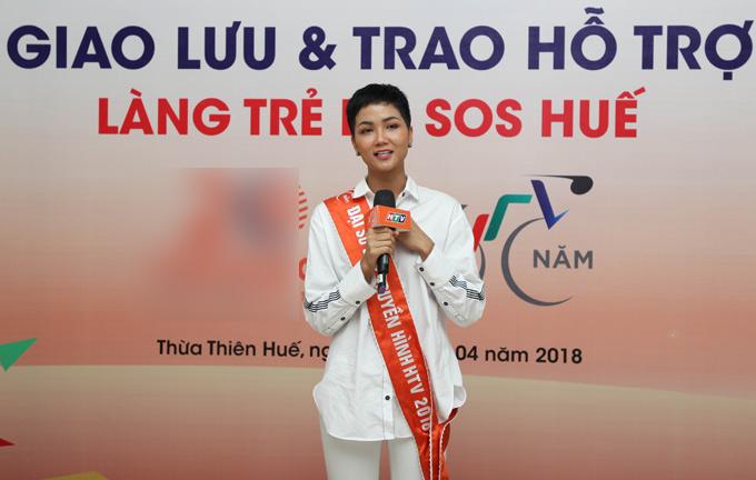HHen Niê rất vui vì với vai trò Đại sứ Cúp xe đạp truyền hình TP HCM lần thứ 30 cô có cơ hội giúp đỡ những em nhỏ mồ côi, cơ nhỡ.