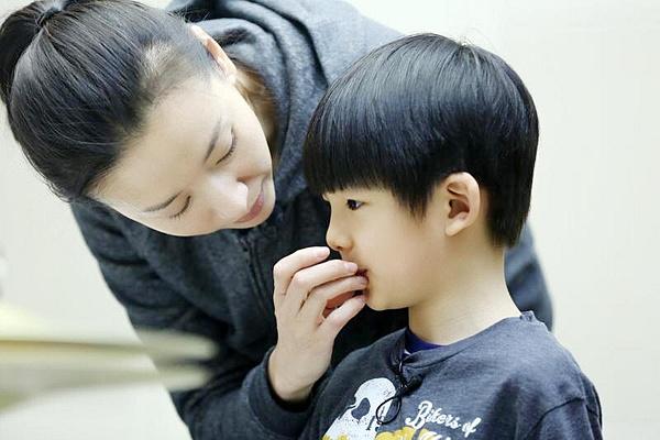 Đổng Khiết và con trai Đình Đình.