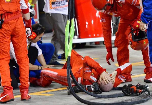 Thợ cơ khí nằm lăn ra sàn đau đớn sau khi bị xe của Raikkonen cán qua,