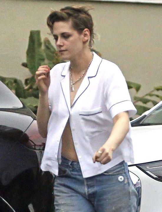 Kristen Stewart thường lựa chọn phong cách thời trang đường phố bụi bặm và ngày càng nam tính hơn.