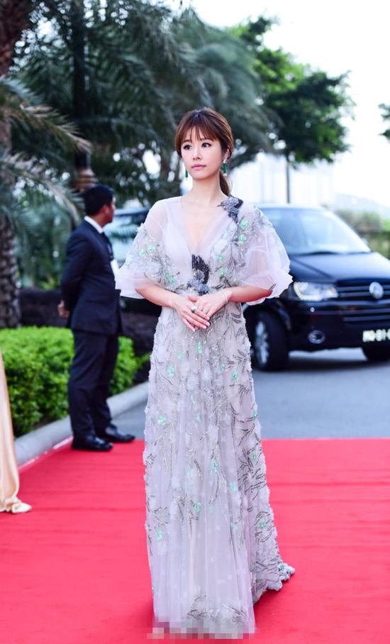 Lâm Tâm Như khoe vóc dáng thon gọn khi dự thảm đỏ Lễ trao giảiHoa Đỉnh hôm 8/4 tổ chức tại Macau. Nữ diễn viên mặc váy của thương hiệu Marco&Maria, đeo trang sức của Cartier, phong cách sang trọng và quyến rũ.