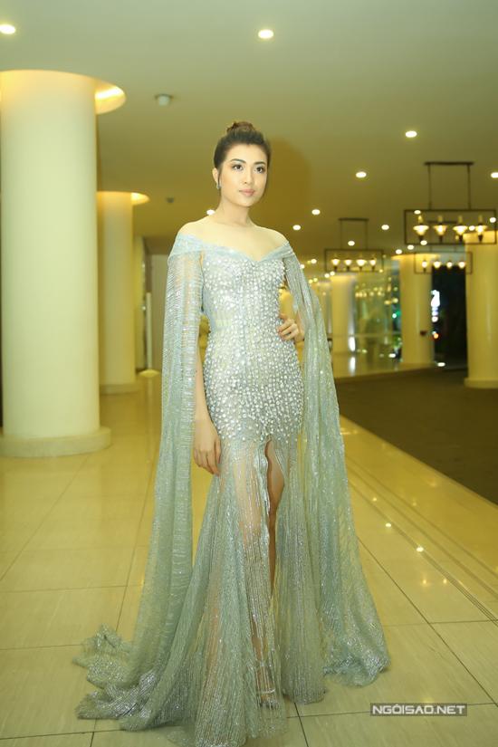 Lệ Hằng chọn váy dạ hội lấp lánh để góp mặt cùng dàn sao trong buổi tiệc cám ơn của Hoa hậu Hoàn vũ Việt Nam. Nếu lược bỏ phần vai choàng dài quét đất thì người đẹp sẽ bớt phần diêm dúa.