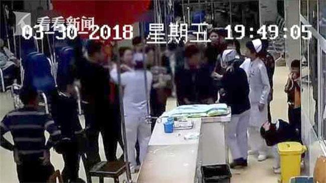 Các bác sĩ và người nhà bệnh nhân xúm vào can ngăn bà nội khi y tá bị hành hung.