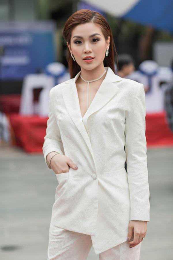 [Caption]Á hậu Diễm Trang cá tính bên cạnh Hoa hậu Diễm Hương dịu dàng