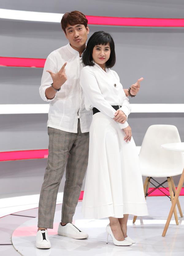 Vợ chồng Cát Phượng - Kiều Minh Tuấn là khách mời trong mùa thứ hai chương trình Là vợ phải thế. Nữ nghệ sĩ tiết lộ, cô bị ông xã kém 18 tuổi hớp hồn khi xem anh biểu diễn trong buổi lễ tốt nghiệp trường Sân khấu Điện ảnh nhiều năm trước.