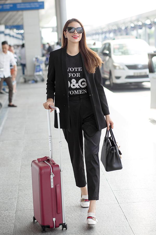Hoa hậu vừa từ Nhật về đến Việt Nam chiều qua, tuy không có nhiều thời gian nghỉ ngơi nhưng thần thái vẫn rạng ngời.