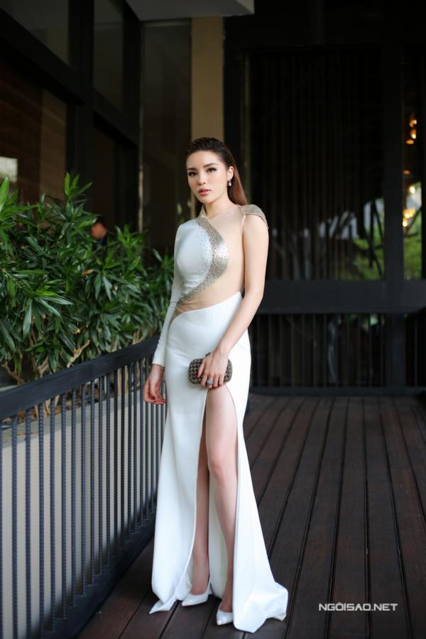 Người đẹp quê Nam Định mặc sexy, khoe chân dài miên man.