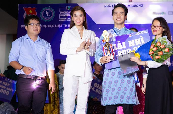 Diễm Trang lên trao giải nhì cho một nam sinh viên.