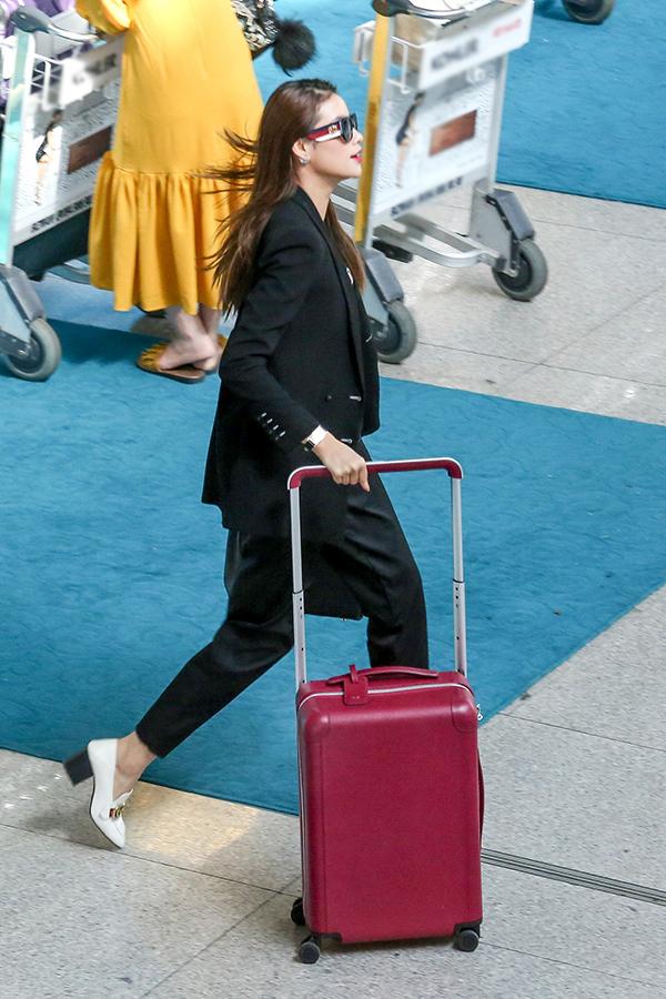 Phạm Hương diện cây đen sành điệu ra sân bay đi Indonesia