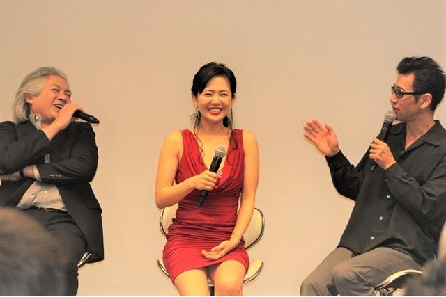 Aoi Sora bên các diễn viên nam chính của phim.