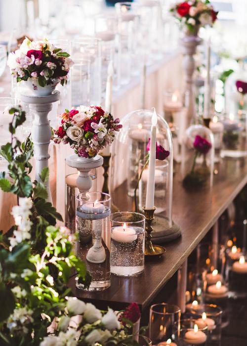 Bên trong phòng tiệc được trang trí bằng tone màu hồng và vàng ánh kim sang trọng, cổ điển.