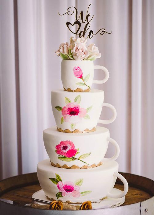Bánh cưới độc đáo với tạo hình như những tách trà xếp chồng lên nhau. Ngay cả con dao cắt bánh cũng được trang trí bằng họa tiết hoa hồng.