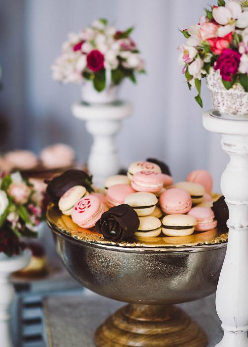 Tracey và Calvin đã đưa nhiều chi tiết liên quan đến chuyện tình yêu của họ vào trong tiệc cưới, chẳng hạn như những bông hoa hồng bằng chocolate...