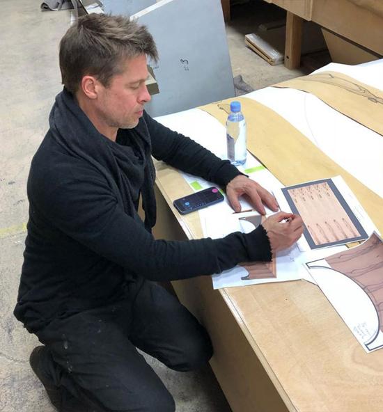 Hình ảnh của Brad bên bản vẽ chiếc bàn gỗ mun tại xưởng gỗ vào tháng 12/2017. Nguồn tin chia sẻ trên RadarOnline, công việc này mang đến cho Brad niềm vui và sự say mê, giúp anh vơi đi nỗi buồn hôn nhân tan vỡ.