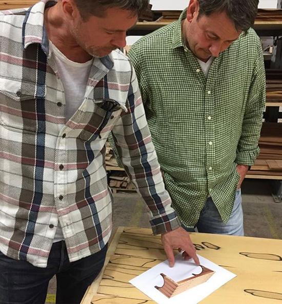 Brad Pitt đã có10 năm cộng tác với nhà thiết kế nội thấtFrank Pollaro của công ty nội thất Pollaro Custom. Tuy nhiên những năm trước đây tài tử bận rộn với quá nhiều dự án phim ảnh nên không có nhiều thời gian cho công việc này. Từ hè năm ngoái, Brad đã trở lại với niềm đam mê nội thất. Anh thường xuyên đến xưởng của Pollaro để đưa ra những ý tưởng mới cho các sản phẩm đóng từ loại gỗ mun.