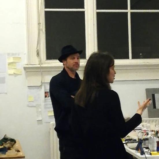 Brad cũng thường xuyên đến các khu triển lãm để tham khảo.