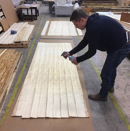 Sau cú sốcchia tay Angelina Jolie, Brad tạm ngừng đóng phim và vùi mình trong xưởng điêu khắc của một người bạn. Một thời gian sau đó, anh quay lại xưởng gỗ củaFrank Pollaro cùng với nhiều bản thiết kế mới.