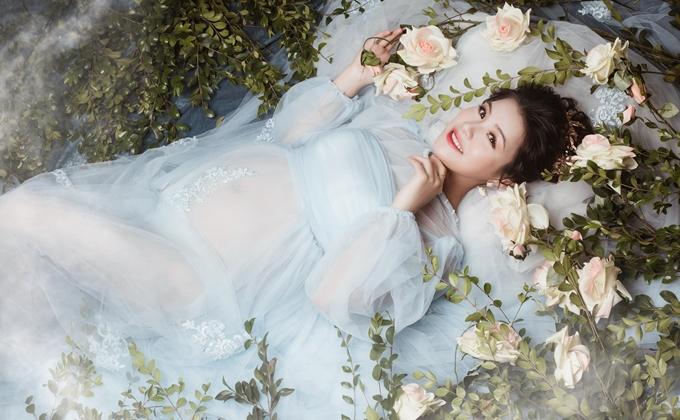 Tôi thích con gái lắm. Con gái điệu đà và tình cảm, tha hồ làm duyên cho con bằng nơ hoa, váy vóc, Tuyết Ngân chia sẻ.