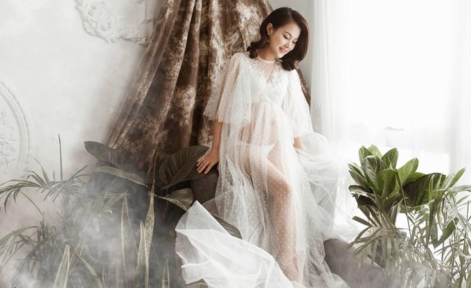 Phạm Tuyết Ngân, 25 tuổi, là mẹ của bé trai 6 tuổi và đang háo hức chờ đón sự ra đời của em bé thứ hai. Ở lần mang thai trước, Tuyết Ngân chưa có cơ hội lưu lại khoảnh khắc mang bầu nên bà mẹ hai con quyết định dành thời gian thực hiện điều này trước khi lâm bồn.