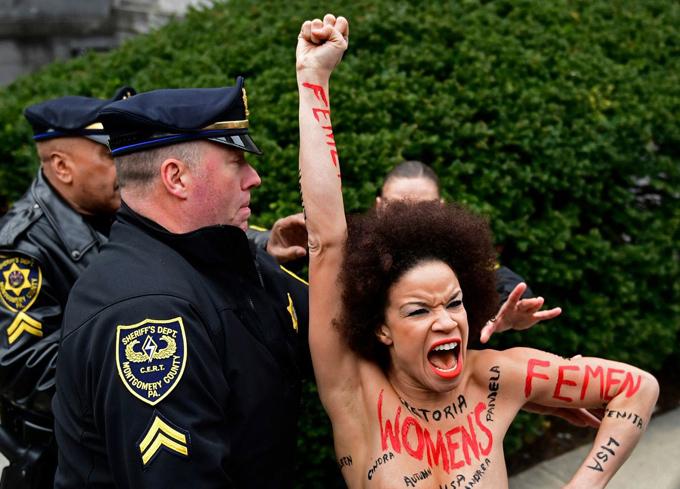 Nicolle Rochelle biểu tình ngoài tòa án ở quận Montgomery, Pennsylvania.