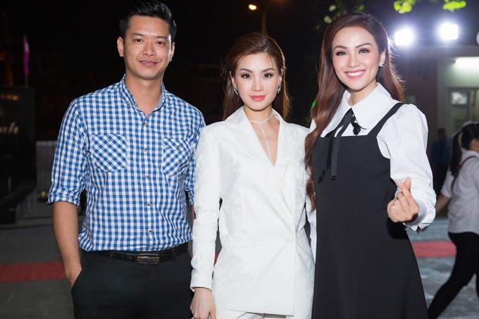 [Caption]Cũng giữ vai trò giám khảo khách mời tại sự kiện là Hoa hậu Thế giới người Việt 2010 Diễm Hương và Siêu mẫu Hồ Đức Vĩnh.