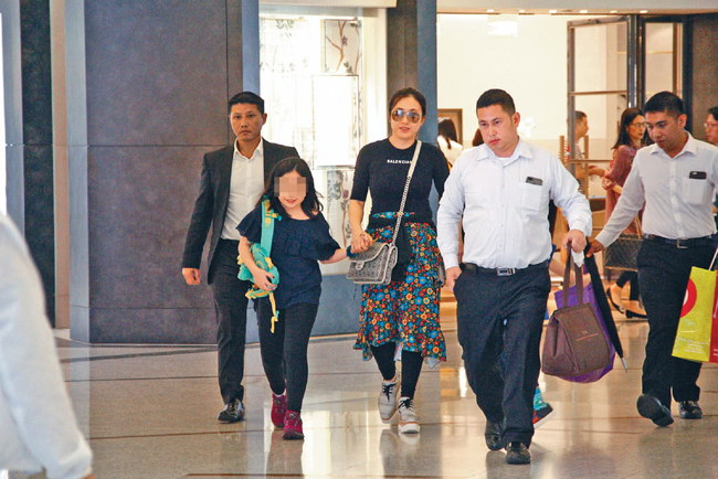 Hôm 9/4, vợ của tỷ phú Lưu Loan Hùng - Trần Khải Vận đưa hai con tới khu Lee Gardens, Causeway Bay để vui chơi và mua sắm. Đi cùng với họ là ba vệ sĩ hỗ trợ xách đồ và làm nhiệm vụ bảo vệ an toàn. Đầu 2017, khi chính thức kết hôn với ông Lưu sau hơn chục năm chung sống, Trần Khải Vận trở thành người phụ nữ giàu nhất Hong Kong, với khối tài sản lên đến 9 tỷ USD.