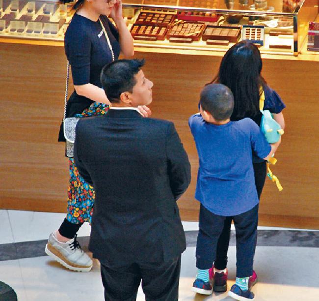 Tờ QQ viết, con trai giống ông Lưu Loan Hùng như hai giọt nước, từ vóc dáng đậm, tới gương mặt tròn.