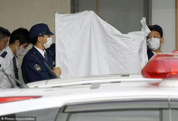 Cảnh sát Hyogo thu thập chứng cứ từ ngôi nhà.
