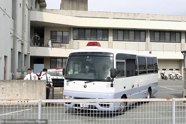 Chiếc xe chở con trai cụ ông Yamasaki tới trung tâm phúc lợi.