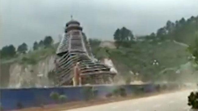 Một cơn gió mạnh cấp 9 cũng đủ làm tòa tháp cao 23 tầng ở Trung Quốc vỡ vụn.