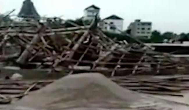 Tòa tháp đổ nát chỉ còn lại những mảnh vụn sau cơn gió.
