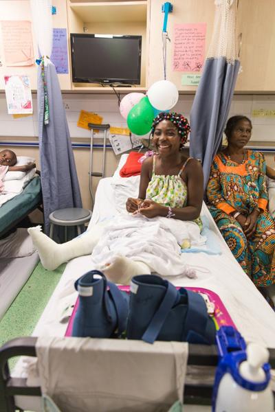 Julienne trên giường bệnh sau khi được mổ chân. Ảnh: SWNS