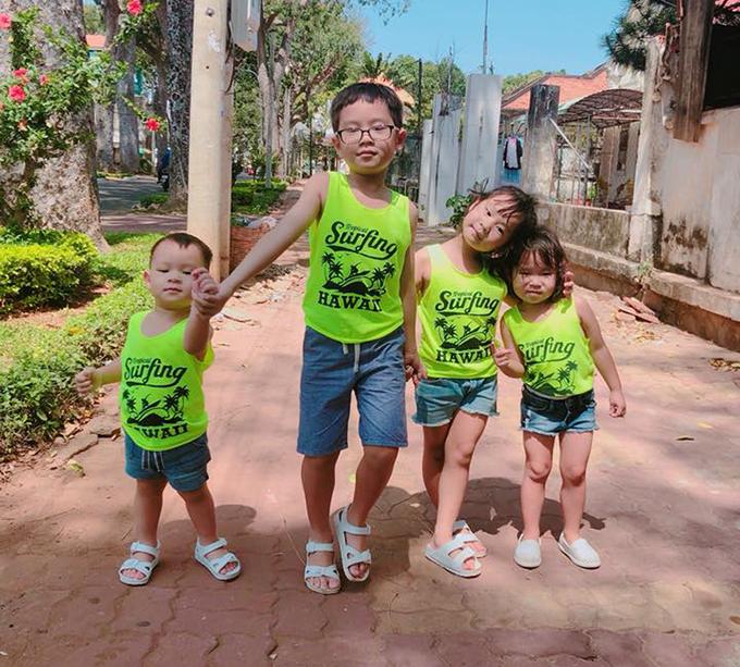 Bốn bé nhà Lý Hải Minh Hà diện đồng phục gia đình, tạo dáng tình thương mến thương.