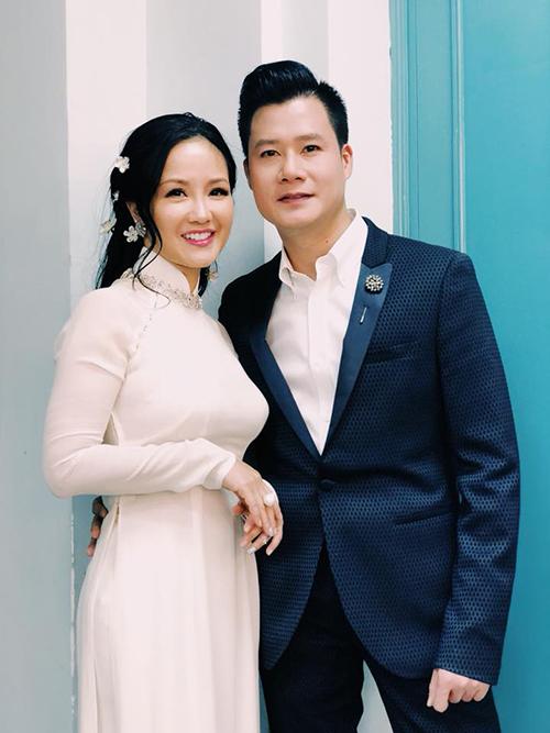 Hồng Nhung và Quang Dũng ăn mặc và tạo dáng như đi ăn hỏi.